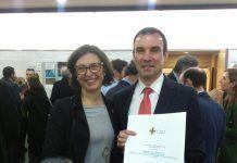 Juanfran Lisón exhibe su merecido premio, acompañado por nuestra Decana, Alicia López