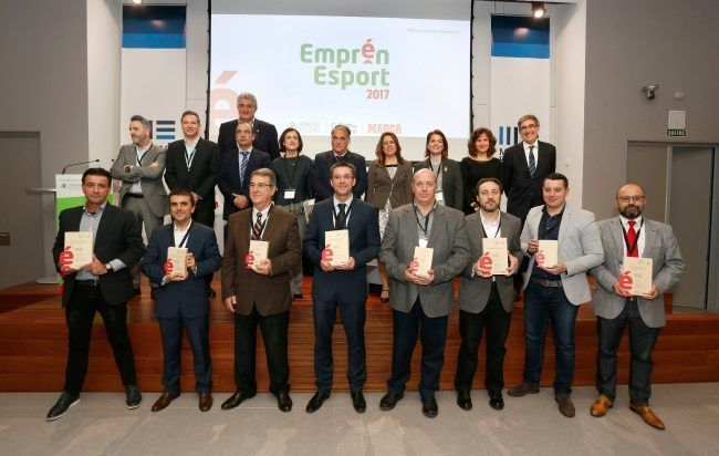 Los ganadores de los Premios Emprén Esport junto a los padrinos y los representantes de MARCA y la Fundación Trinidad Alfonso.