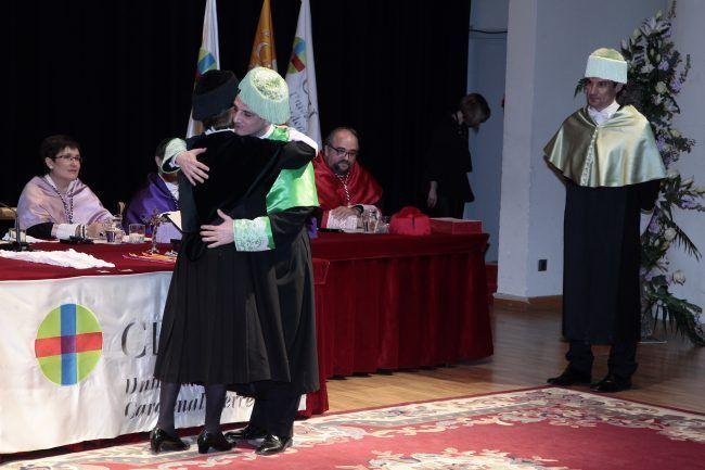 El nuevo doctor Pablo Salvador recibe el abrazo de la rectora ante la mirada de su padrino, el doctor Juanfran Lisón