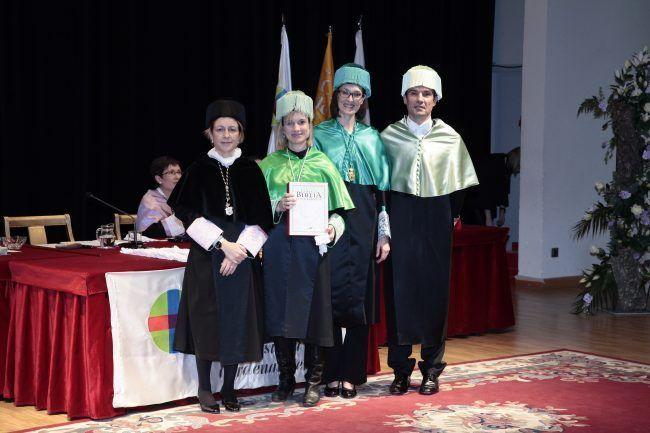 La Dra. Mireia Martín, con sus padrinos, los doctores Arguisuelas y Lisón, y la rectora de la UCH-CEU