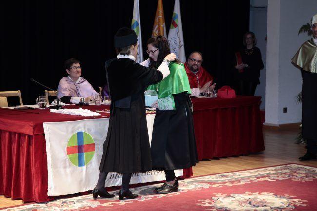 La nueva doctora Gemma Biviá recibe la medalla correspondiente de la rectora de la UCH-CEU