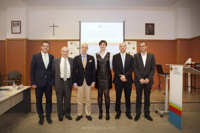 La nueva doctora, rodeada de sus directores y miembros del tribunal, tras la lectura de la tesis