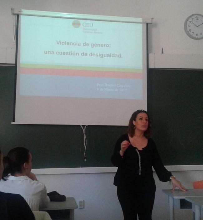 La profesora Raquel Carcelén iniciando su clase sbre Violencia de Género