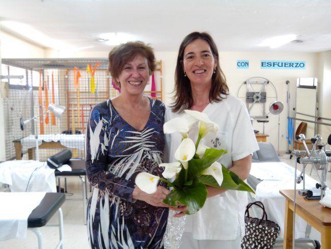 Una fisioterapeuta recibe el reconocimiento a su trabajo por parte de una paciente