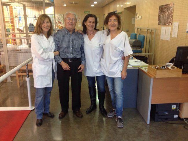 Las fisioterapeutas de Guillem de Castro con uno de sus pacientes más simpáticos