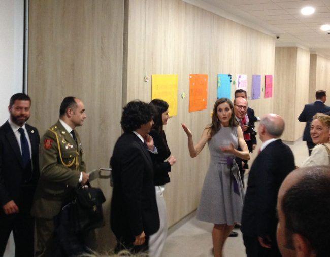 Su Majestad la reina Letizia saludando a los profesores de Fisioterapia durante su visita