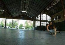 Una bailarina de danza en los tinglados del puerto de Valencia