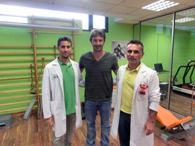 El Dr. Buil y un compañero del IVRE con el tenista valenciano Juan Carlos Ferrero