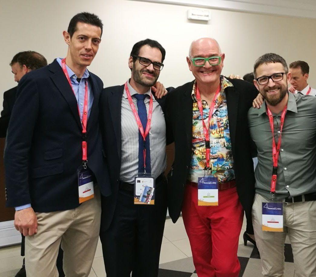 Los fisioterapeutas Carlos López y Arturo Such (a izquierda y derecha, con otros excelentes profesionales como David Butler.