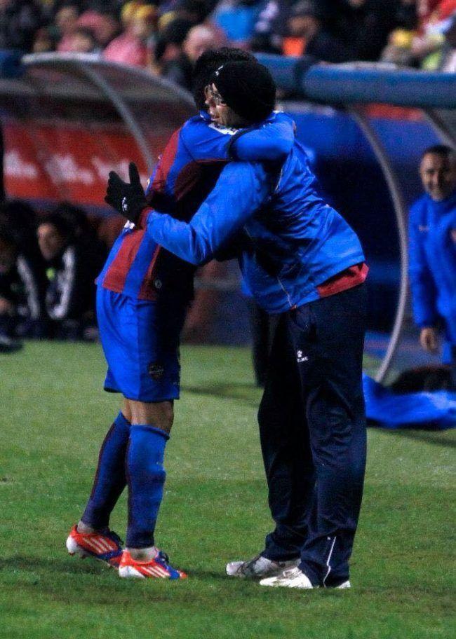 Eloy recibe el abrazo de un jugador nada más producirse el ascenso