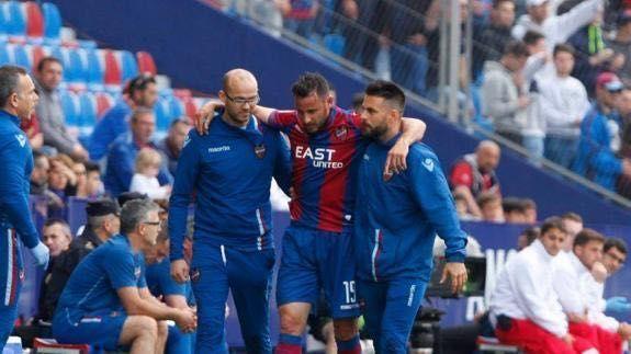 Eloy y sus compañeros del equipo médico del Levante atienden a un jugador lesionado