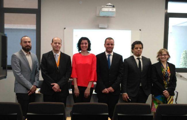 La doctora Miriam Garrigós acompañada de sus directores y tribunal de tesis
