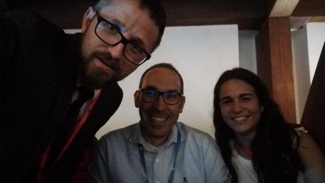Los autores de esta entrada, Daniel Cabrera y Alba García, con el profesor Arturo Such