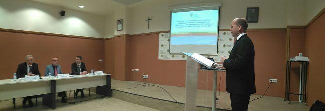 Pablo Granell exponiendo su tesis doctoral ante la atenta mirada del tribunal
