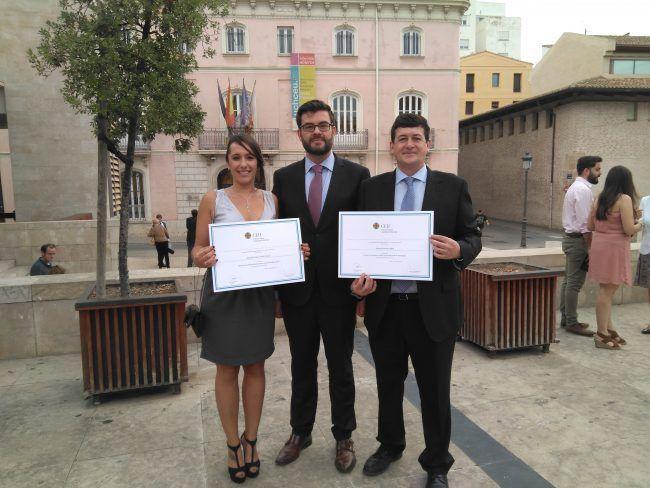 Manuel José Sos Gallén y Alexandra Silvia Simó Climent, premios extraordinarios fin de carrera, con el Vicedecano de Fisioterapia Juanjo Amer