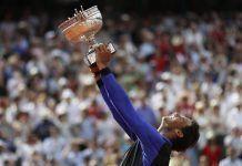 Rafa Nadal alza al cielo su décima copa de Roland Garros