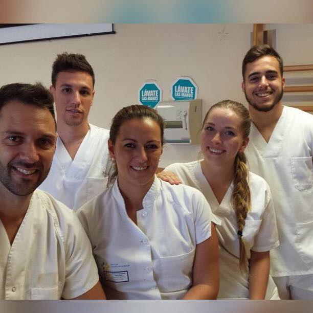 Carlos Gallego con varios compañeros durante sus prácticas en el Hospital Dr. Negrín de Canarias