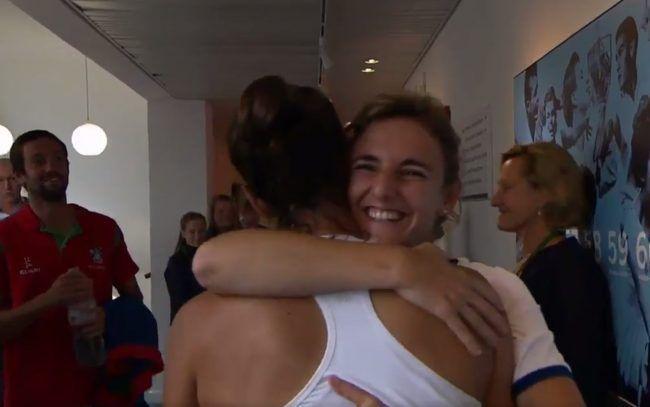 Garbiñe Muguruza abraza a su fisioterapeuta Alicia Cebrián tras ganar la final de Wimbledon