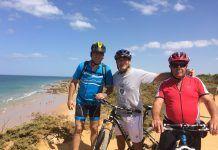 Tres amigos cicloturistas disfrutando del litoral gaditan
