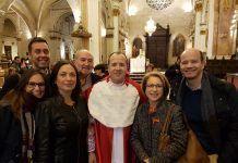 El nuevo canónigo,José Vicente Castelló, acompañado de sus amigos de Fisioterapia y la rectora de la UCH