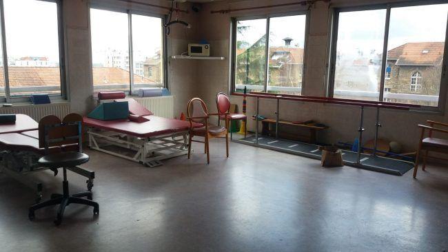 Sala de fisioterapia en el servicio de geriatría del Hôpital Paul-Brousse