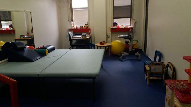 Sala de fisioterapia en el servicio de pediatría del Hôpital Bicêtre