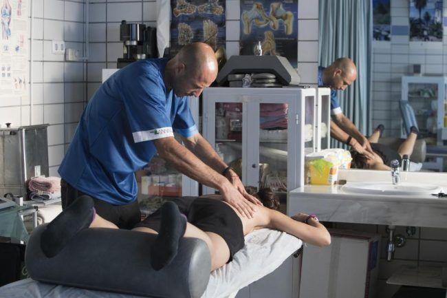 El fisioterapeuta Diego Chapinal preparando articularmente la espalda de Carolina Marín. Fuente: marca.com