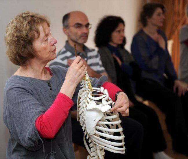 Blandine Calais-Germain en una de sus clases de Anatomía para el movimiento.