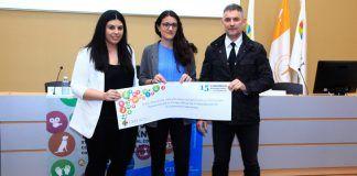 El Decano del ICOFCV dando el premio de Fisioterapia en el Congreso Internacional de Estudiantes de la UCHCEU