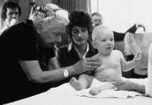 Una imagen elocuente de Fisioterapia y maternidad: la gran Ida Rolf tratando a un bebé en presencia de su madre.