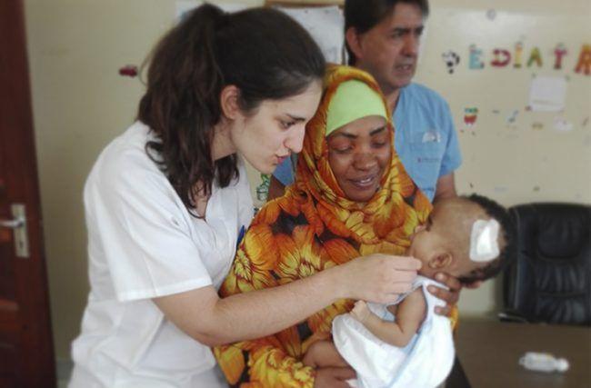 La fisioterapeuta Mª Esperanza Pérez cuidó a madres y bebés durante su voluntariado en Tanzania (Foto: ICOFCV 2017)
