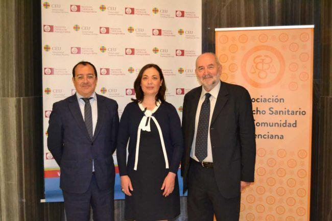 Los participantes en la Jornada Práctica de la Asociación de Derecho Sanitario, Carlos Fornes, Carmen Puerto y Pedro Rosado.