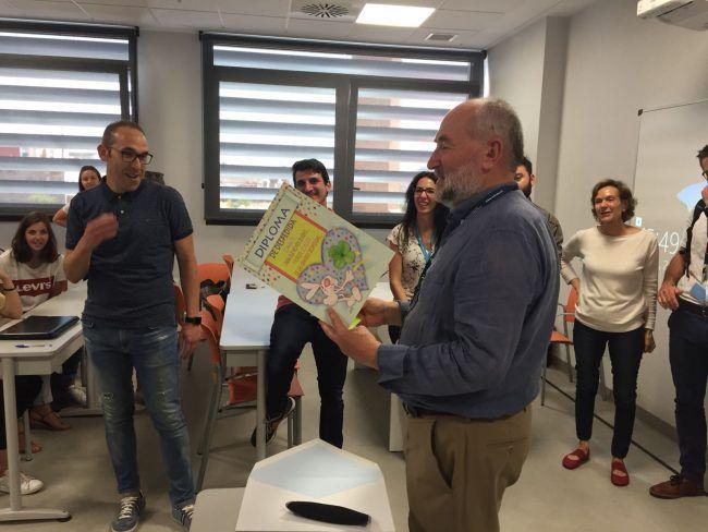 Pedro Rosado leyendo el diploma de agradecimiento de sus alumnos de Fisioterapia al concluir la última clase magistral.