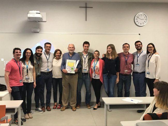 Pedro Rosado rodeado de los profesores del Departamento de Fisioterapia UCH que asistieron a su última clase magistral.