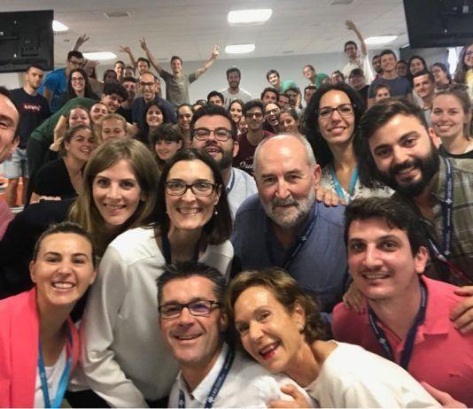 Pedro Rosado rodeado de profesores y alumnos de Fisioterapia de la UCH al concluir la última clase magistral.