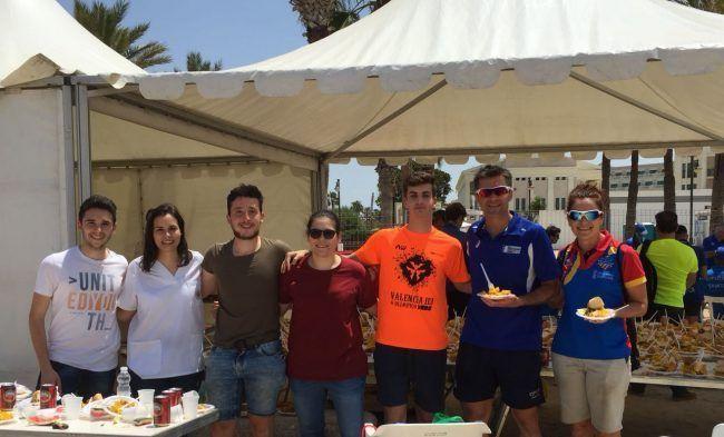 Los voluntarios de Fisioterapia de la UCH-CEU degustan una merecida comida tras el Triatlón Valencia 113.