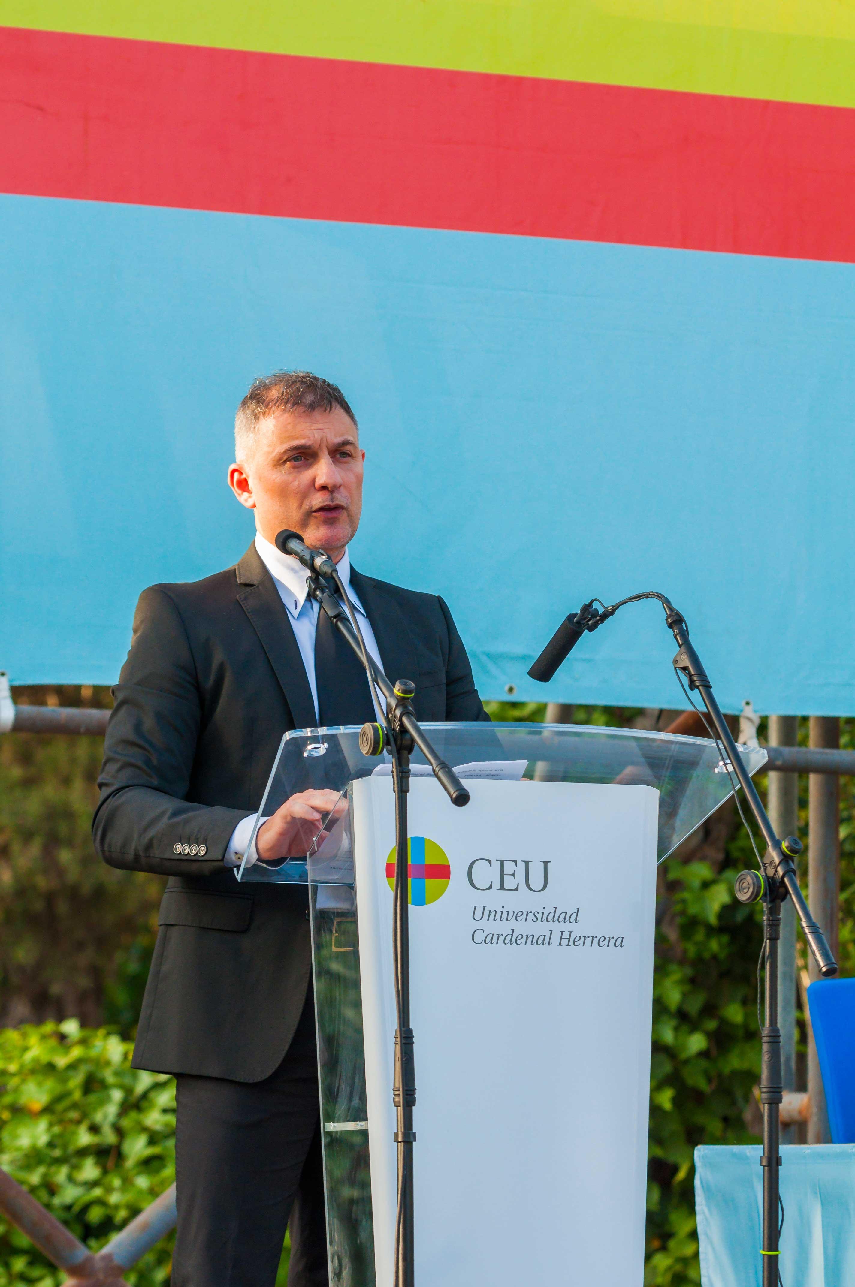 José Casaña, decano del ICOFCV, durante su discurso en la ceremonia de graduación de Fisioterapia del CEU de Elche 2018