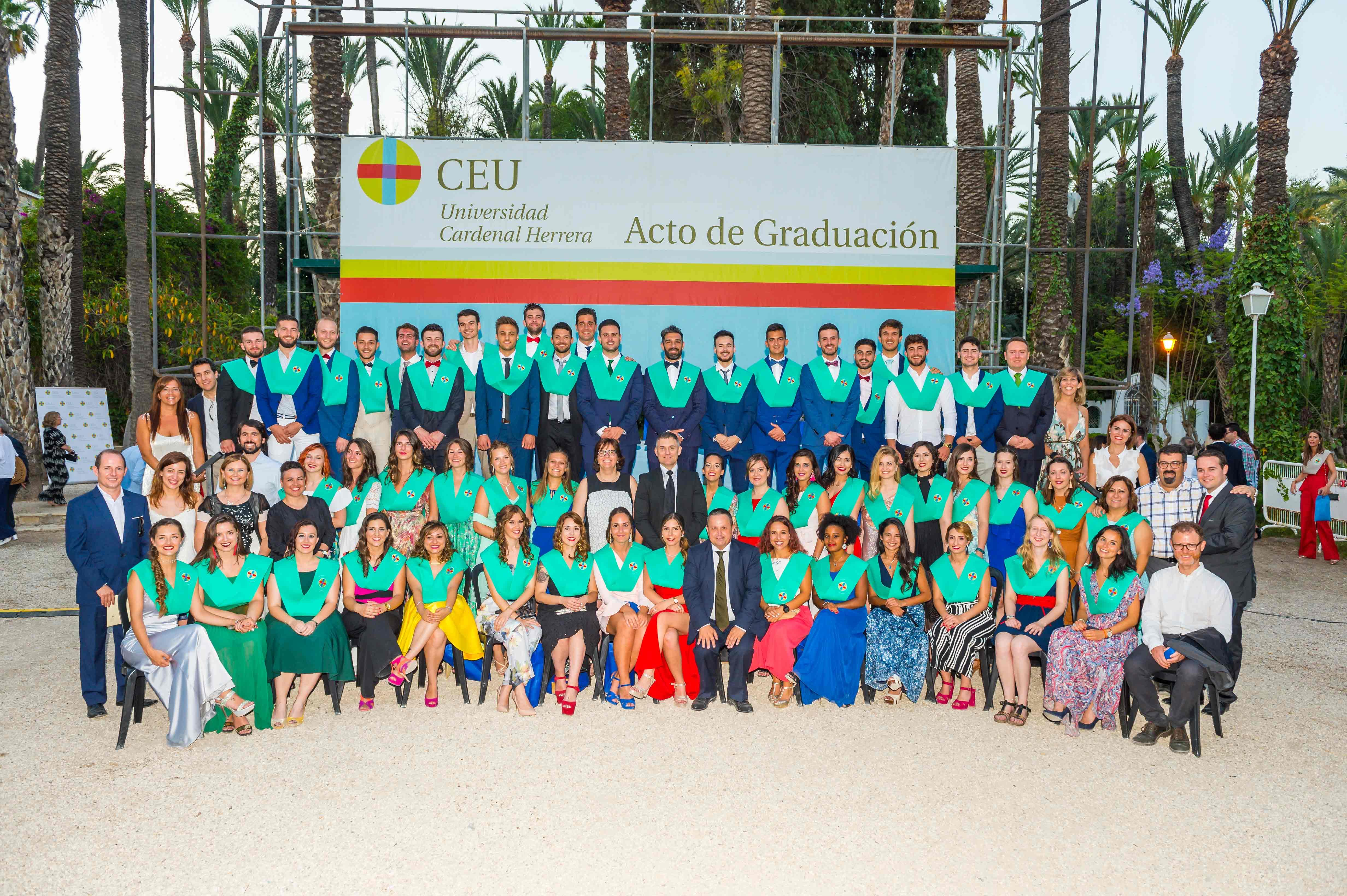 Los nuevos fisios con profesores y autoridades en la ceremonia de graduación CEU de Elche 2018