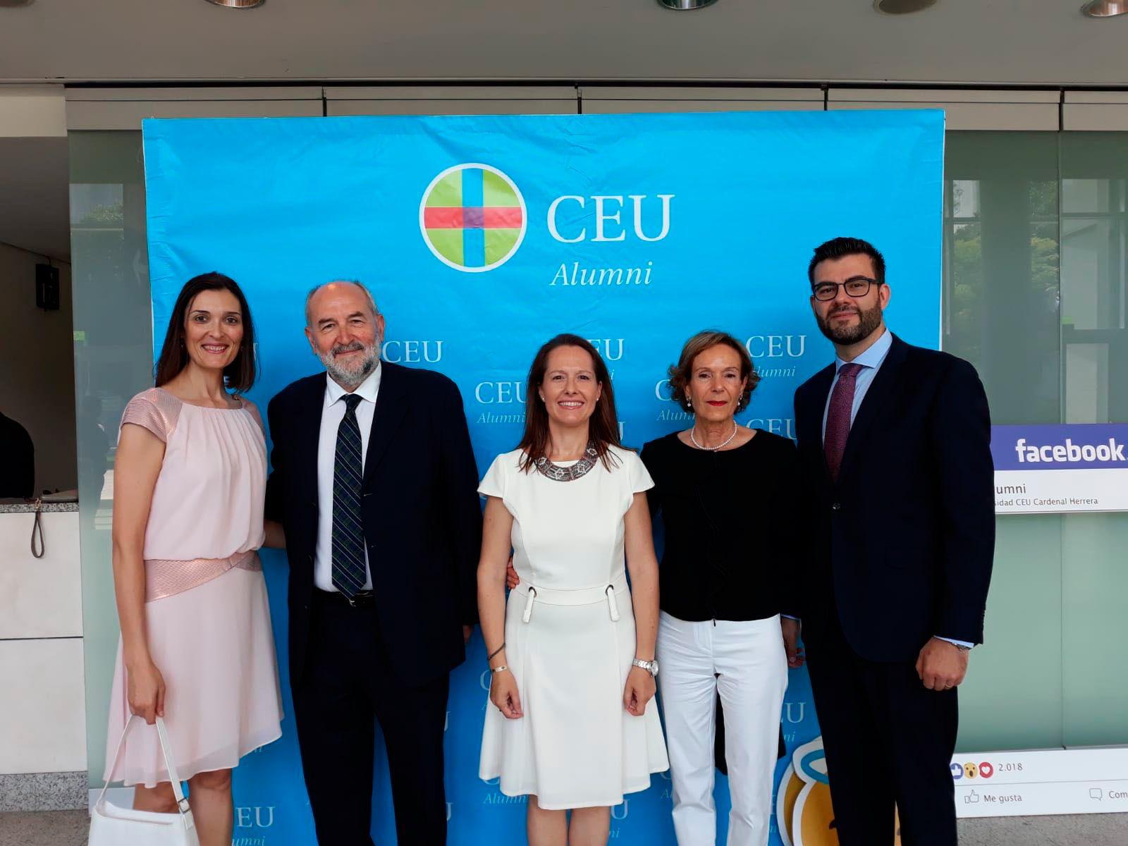 Profesores y autoridades en la Graduación de Valencia. Mª Dolores Arguisuelas, Pedro Rosado, Laura López, Ana Garés y Juanjo Amer.