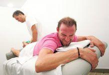 El sufrimiento del campeón Alejandro Valverde con su fisio Antonio López. FOTO Martínez Bueso
