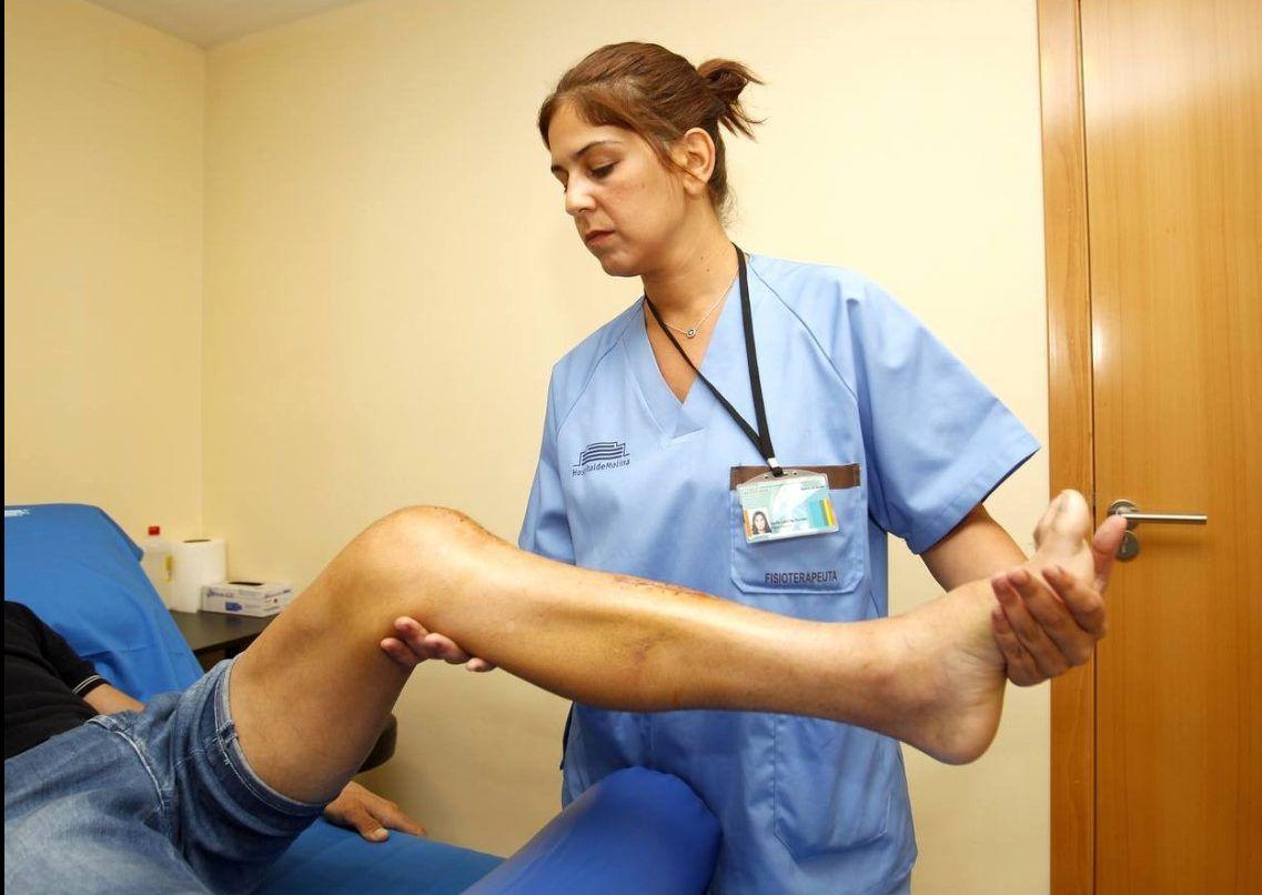 La fisioterapeuta Nuria Lorente recuperando a Alejandro Valverde en el Hospital de Molina. FUENTE laverdad.es