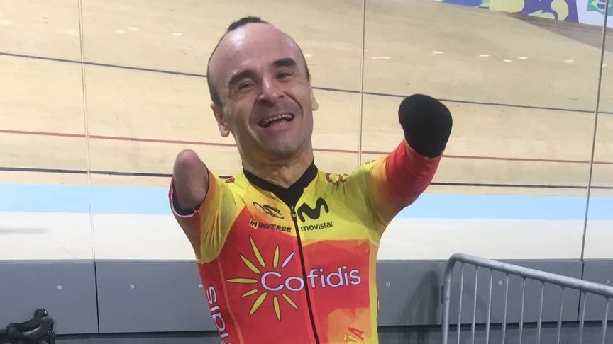 Les faltan manos a deportistas como Ricardo Ten, pero les sobran méritos, como ganar el Mundial de ciclismo en 2018. Foto Fgarciacasas