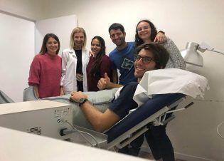 Conociendo el drenaje linfático. Alumnos de Fisioterapia CEU-UCH con la experta Elisa Bañuls.