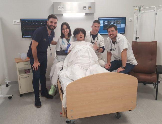 Fran Ferrer, profesor de Fisioterapia CEU-UCH, con sus alumnos en una sala de simulación avanzada