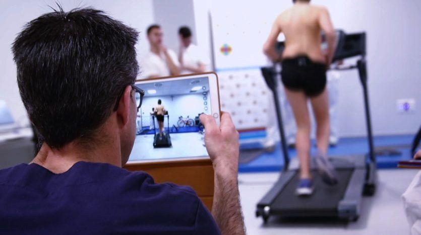 Una prueba de Fisioterapia en el Laboratorio de Investigación en Análisis del Movimiento de la CEU UCH
