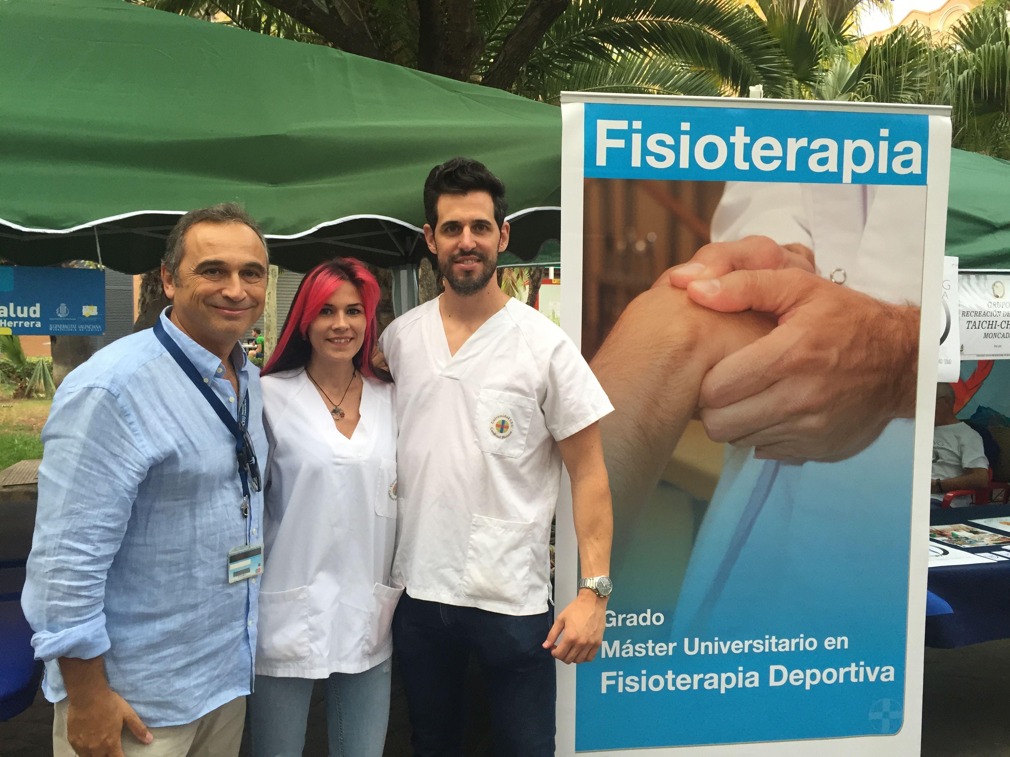 Una Feria con Fisioterapia. Los estudiantes Cristina Perales y David Gascó participaron, con el profesor José Ángel González, en la XII Feria de la salud de Moncada.