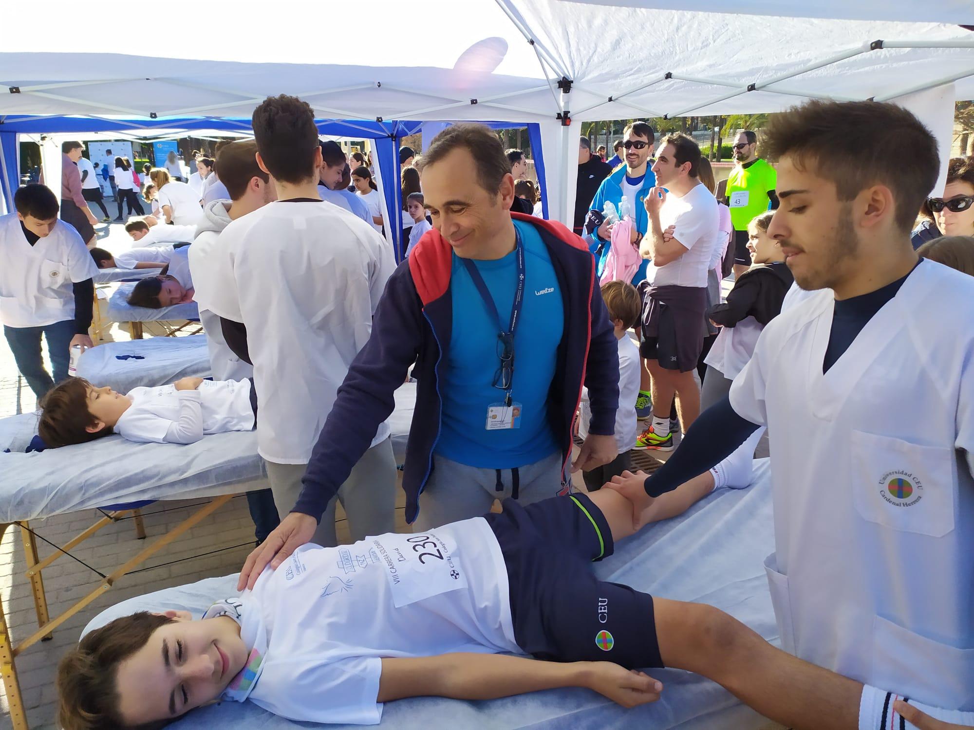 Estudiantes con solidaridad. Un joven corredor es atendido por los voluntarios de Fisioterapia CEU UCH