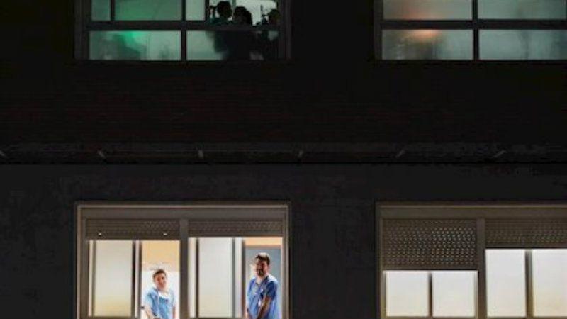 La ventana indiscreta. España se asoma a aplaudir a sus sanitarios por su lucha contra el covid19