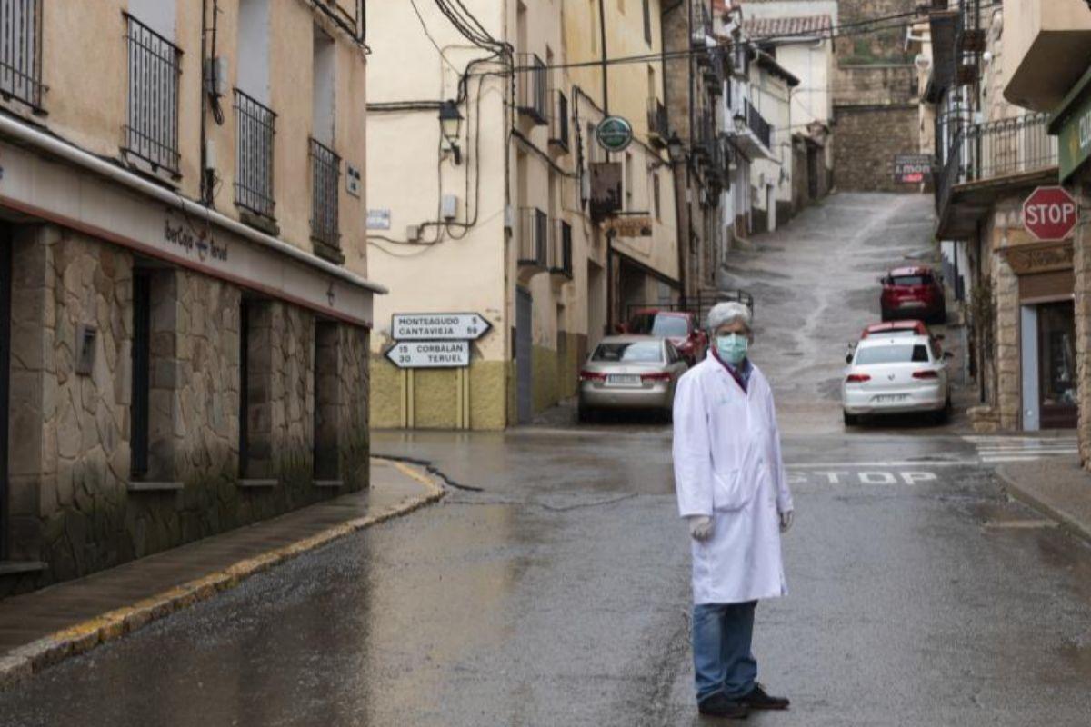 Los pueblos sin coronavirus. Cedrillas es uno de ellos. En la imagen, Eduardo Cano, coordinador médico de Cedrillas. FUENTE elmundo.es