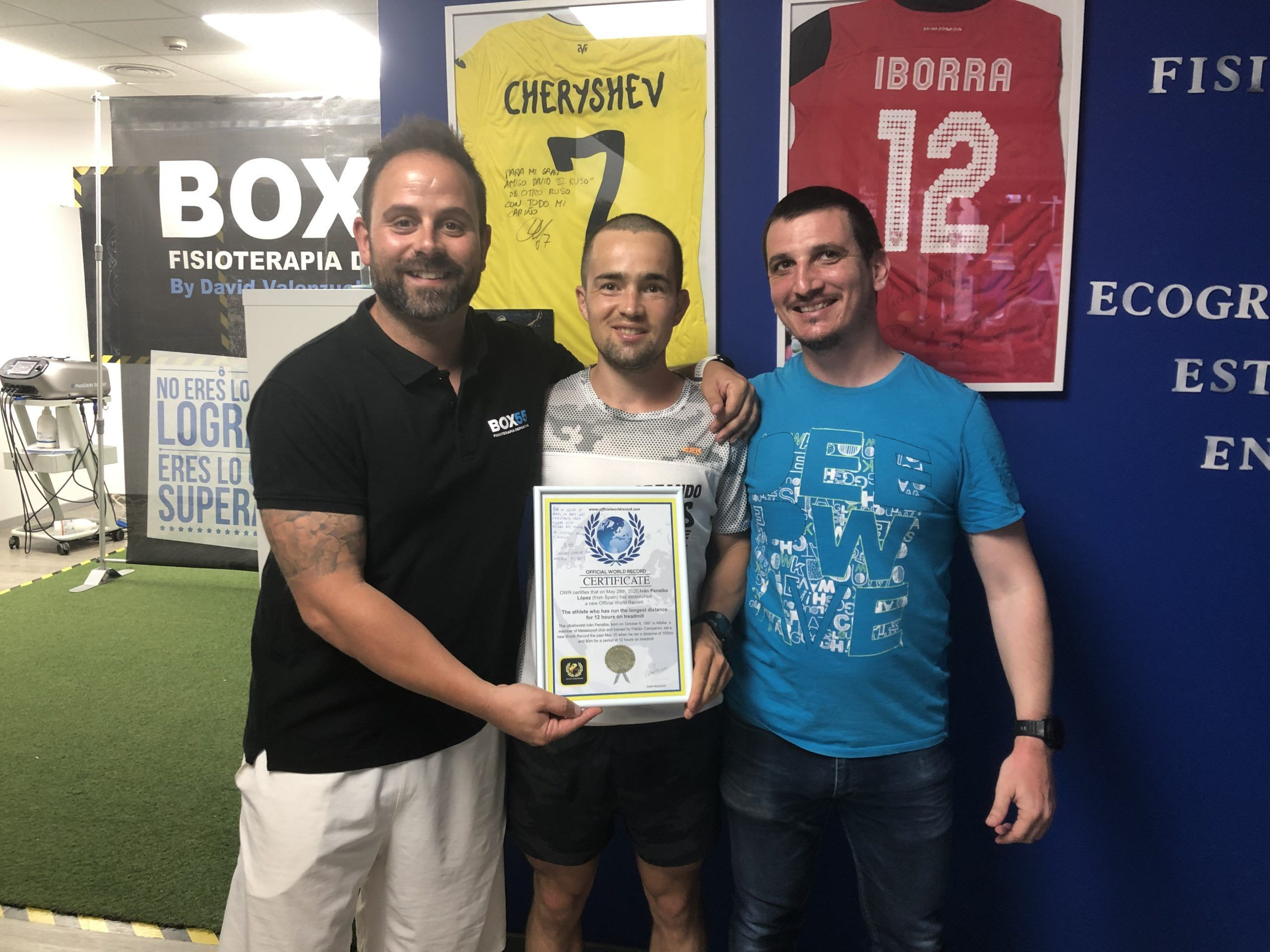 Un paciente de récord. Iván Penalba, con sus fisioterapeutas David Valenzuela y Pablo Salvador, ambos profesores de la CEU-UCH